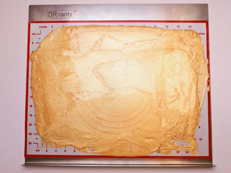 Jadalny brokat z żelatyny na tort. rozproawdzanie metalicznej żelatyny na macie silikonowej, mata silikonowa, blaszka do piekarnika