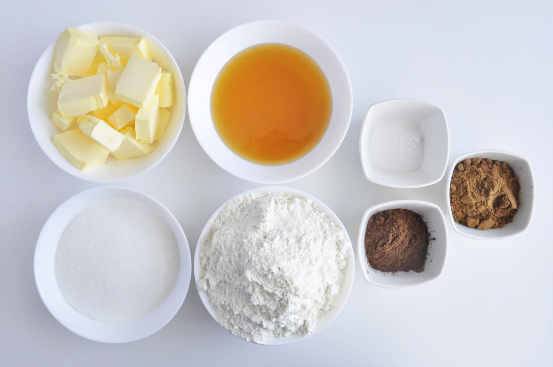 Przygotowanie ciasta na piernikiczki. Składniki: masło, miód, mąka pszenna, cukier, soda oczyszcozna, przyprawa korzenna kakao