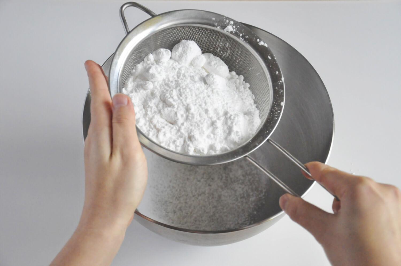Przygotowanie lukru królewskiego - przesiewanie cukru pudru