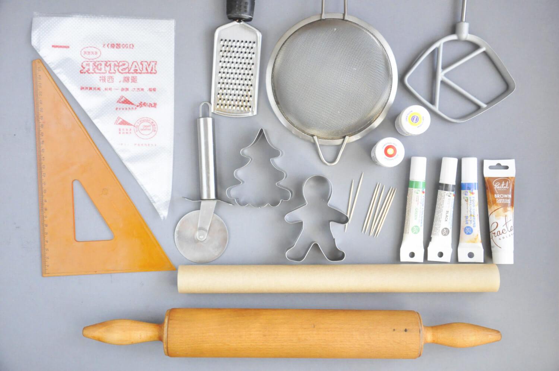Lukrowane puzzle z piernika - potrzebne narzęzia: wałek do ciasta, papier do pieczenia, spożywcze barwniki w żelu, wykałaczki, wykrawacze do pierniczków, jednorazowe rękawy cukiernicze, sito, tarka, ekierka, radełko, mikser z płaską końcówką