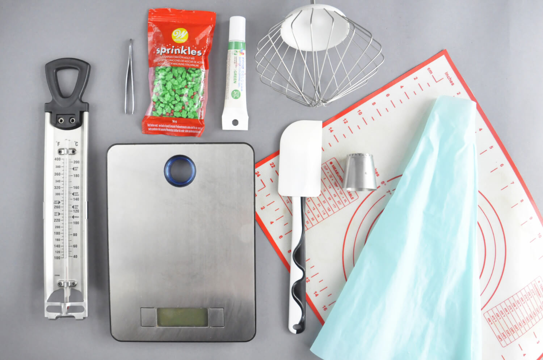 Świąteczne wieńce bezowe -potrzebne narzędzia: tylka sułtańska, silikonowy rękaw cukeirniczy, mata silikonowa, waga kuchenna, termometr cukierniczy, szpatułka silikonowa, mikser, pęseta, posypka cukrowa, barwnik żelowy