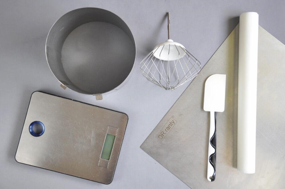 narzędzia potrzebne do przygotowania biszkoptu: regulowany rant, blaszka, waga kuchenna, silikonowa szpatułka, mikser