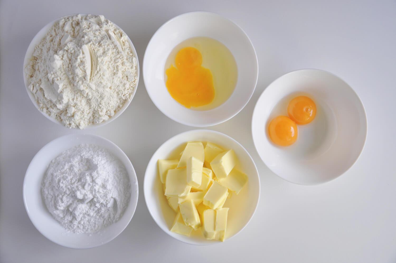 lukrowane ciasteczka maślane - potrzebne składniki: masło, jajko, żółtka jaj, cukier puder, mąka pszenna