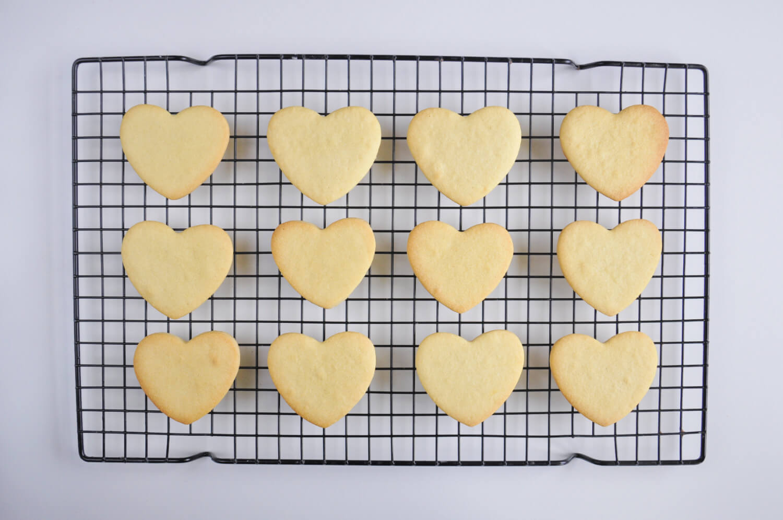 ciasteczka maślane w kształcie serc - studzenie na kratce