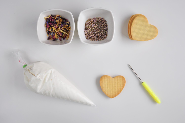 lukrowane ciasteczka maślane, rękaw cukierniczy z lukrem królewskim, szpikulec do lukru, jadalne kwiaty