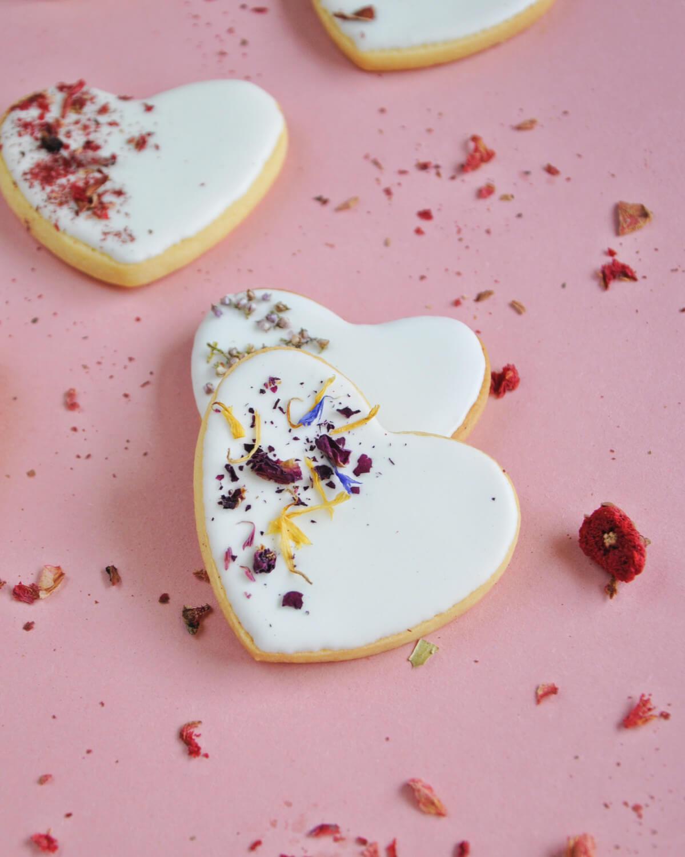 lukrowane ciasteczka maślane z jadalnymi kwiatami