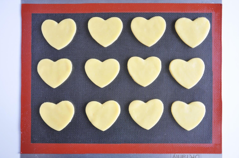 ciasteczka maślane w kształcie serc pieczone na silikonowej macie perforowanej