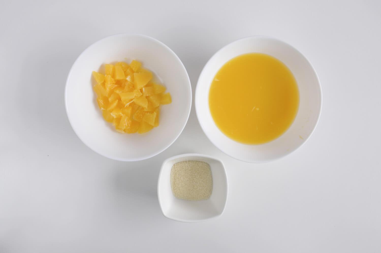 żelka pomarańczowa - składniki: cząstki pomarańczy, świeżo wyciśnięty sok z pomarańczy, żelatyna