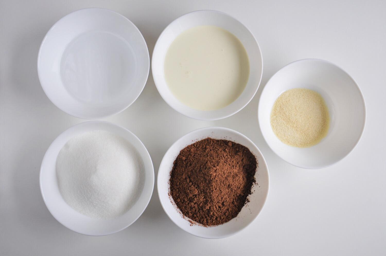 kakaowa polewa lustrzana - potrzebne składniki: kakao,cukier, woda, śmietanka 30%, żelatyna