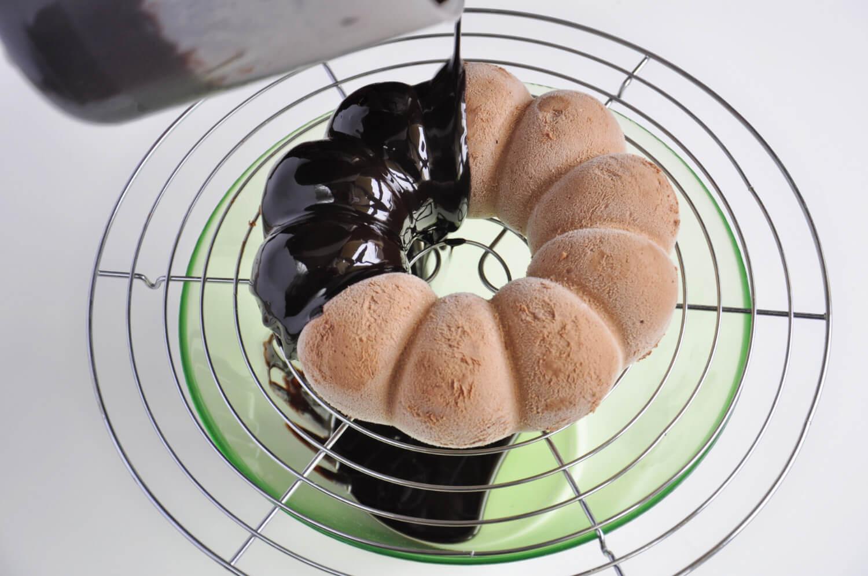 ciasto musowe - oblewanie polewą lustrzaną