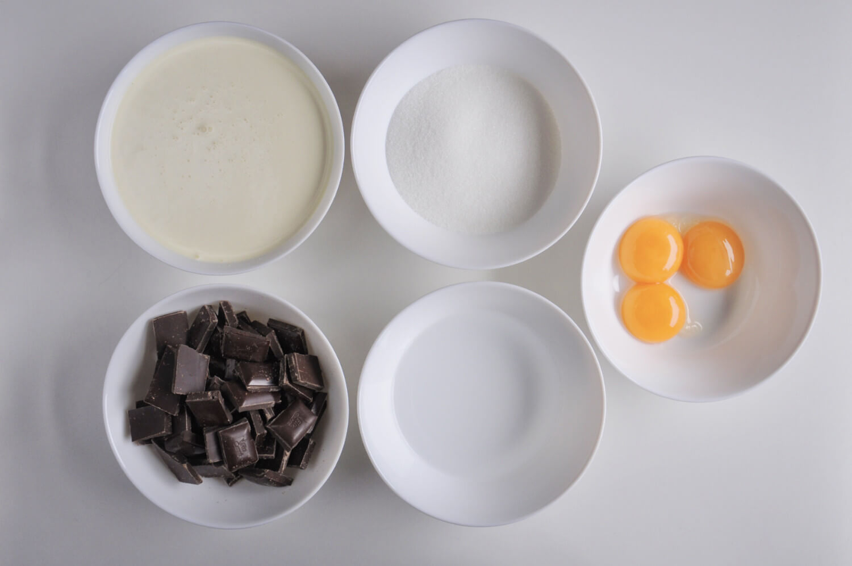 składniki na mus czekoladowy: czekolada deserowa, cukier, żółtka jaj, woda, śmietanka 36%
