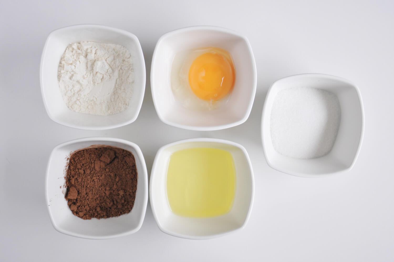 składniki na biszkopt kakaowy: mąka pszenna, kakao, jajko, cukier
