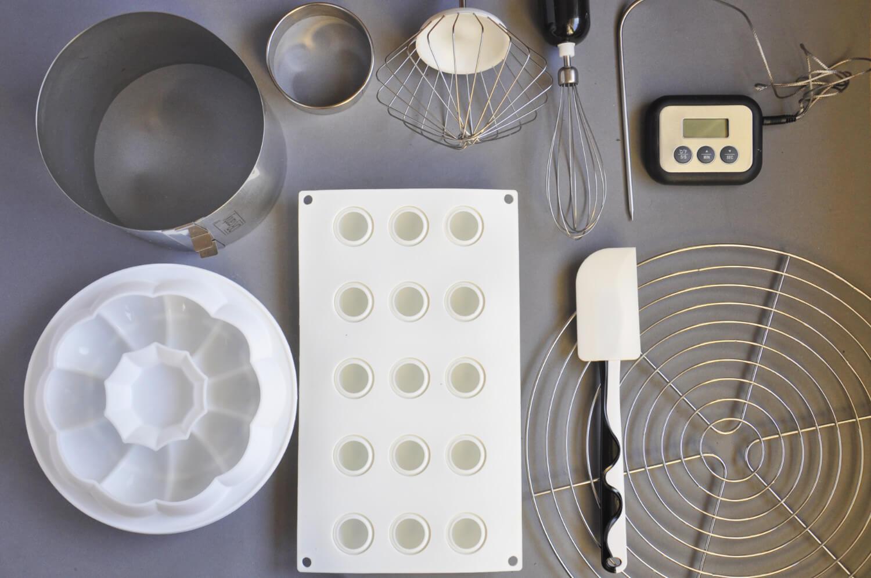 czekoladowe ciasto musowe - potrzebne narzędzia: forma silikonowa na ciasto, forma silikonowa w kształcie kulek, rant cukeirniczy, okrągły wykrawacz, kratka do studzenia, łopatka silikonowa, termometr cukierniczy, mikser, złoty barwnik w proszku