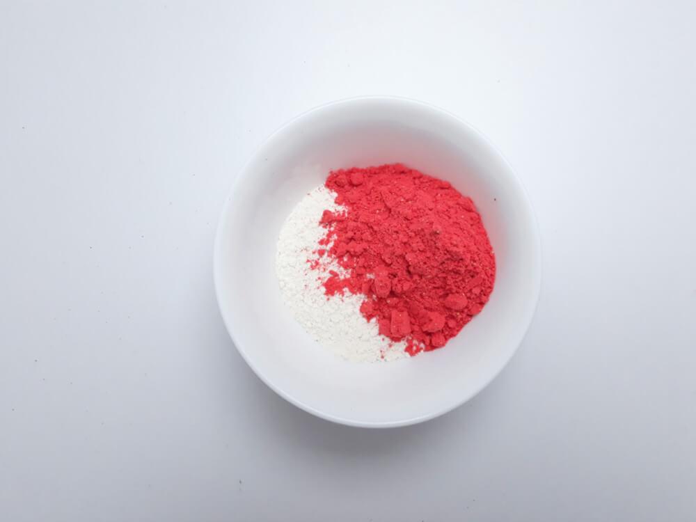 przygotowanie truskawkowych monoporcji - przygotowanie biszkoptu truskawkowego, mieszanie składników