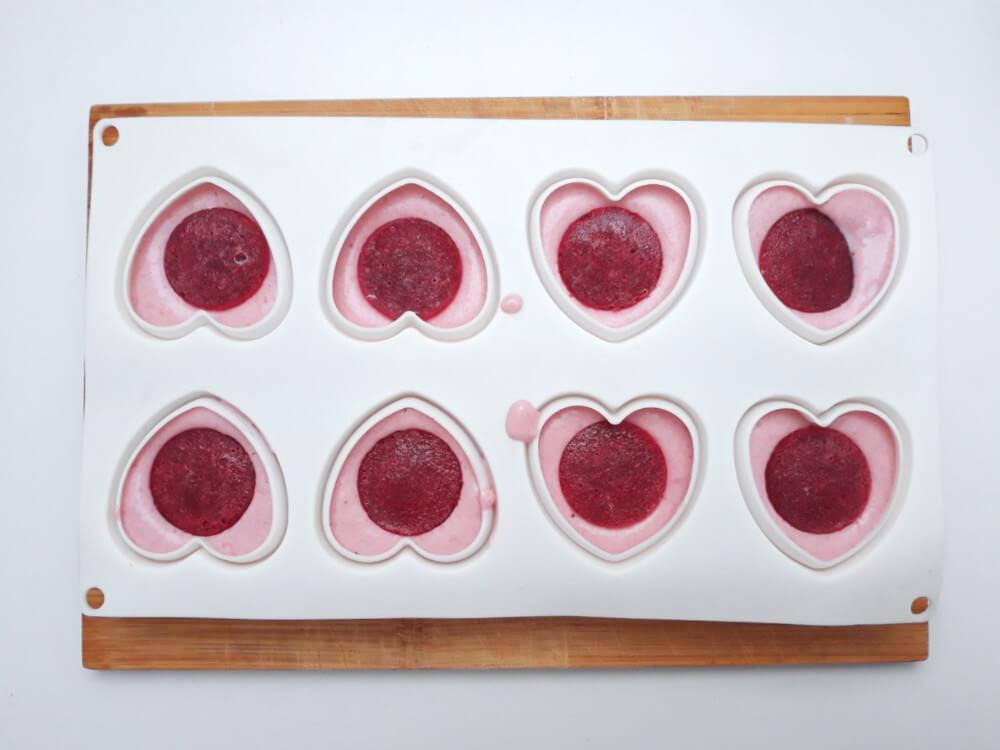 przygotowanie truskawkowych monoporcji - składanie deseru, wypełnianie formy