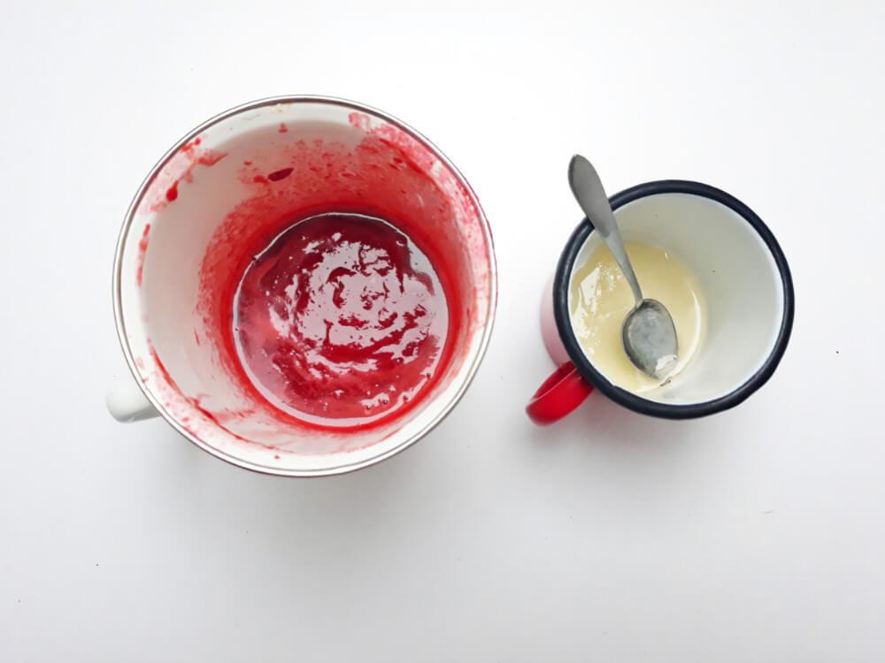 przygotowanie truskawkowych monoporcji - mieszanie żelatyny z sosem truskawkowym