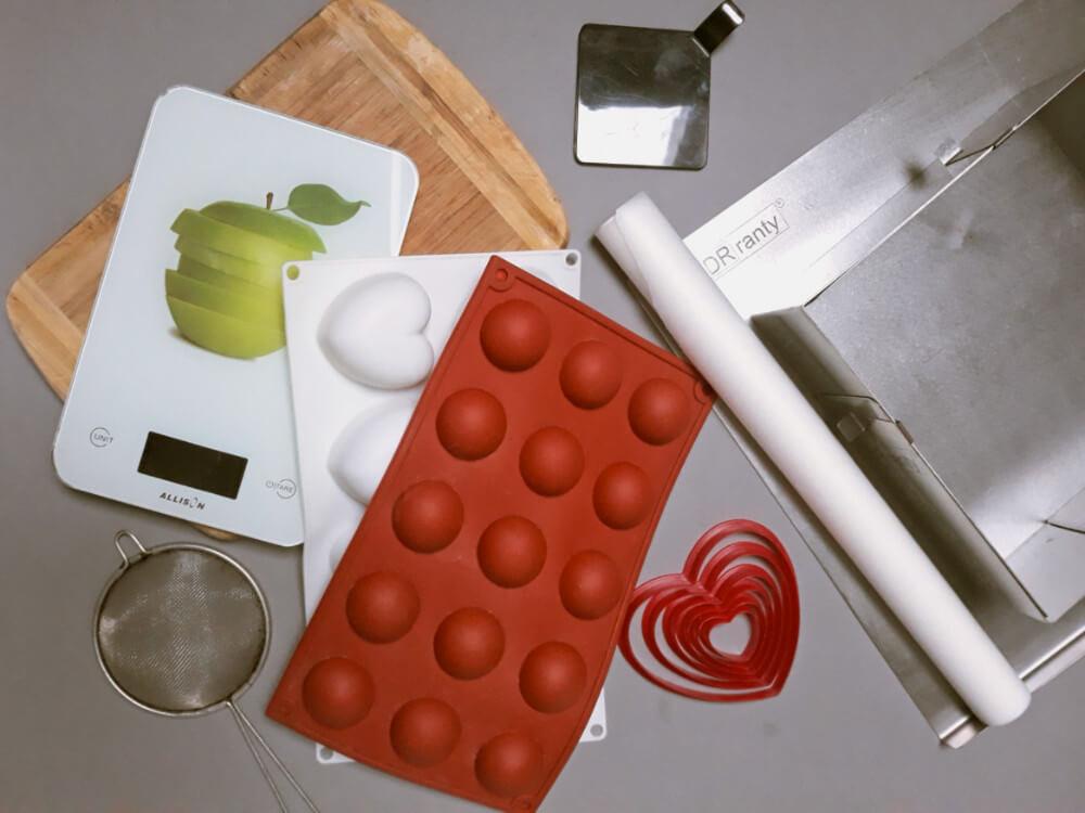 Truskawkowa eksplozja - łatwe, potrójnie truskawkowe monoporcje - narzędzia potrzebne do rpzygotowania deseru, forma silikonowa, waga kuchenna, sitko, deska do krojenia, bankietówki, papier do pieczenia, rant do pieczenie dorosiowe ranty, wykrawacze w kształcie serc
