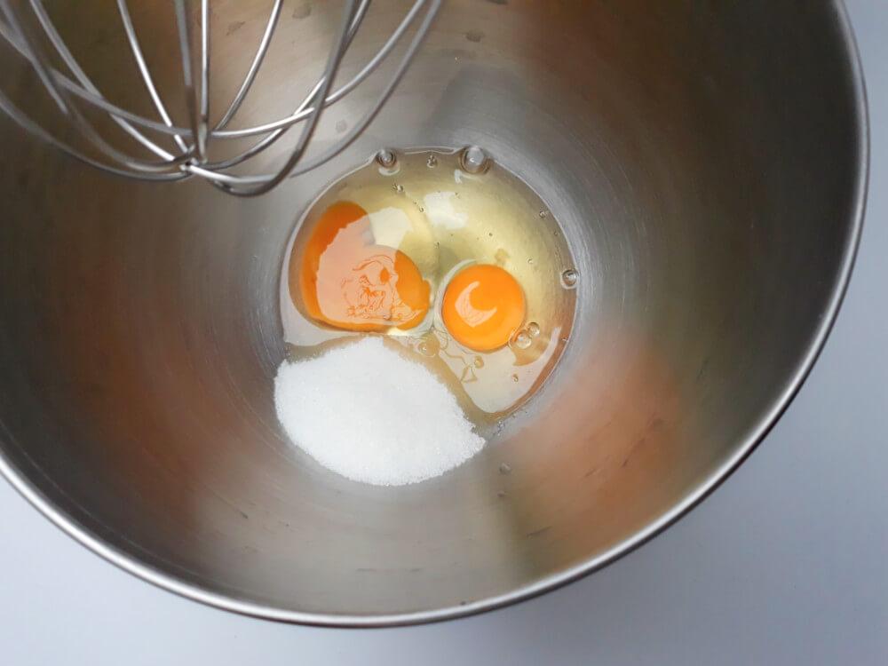 przygotowanie truskawkowych monoporcji - przygotowanie biszkoptu truskawkowego, ubijanie jajek z cukrem