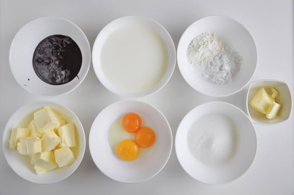 składniki potrzebne do przygotowania kremu budyniowego o smaku orzechowo-czekoladowym: mleko, żółtka jaj, cukier, mąka pszenan, mąka ziemniaczana, masło, aromat czekoladowo-orzechowy