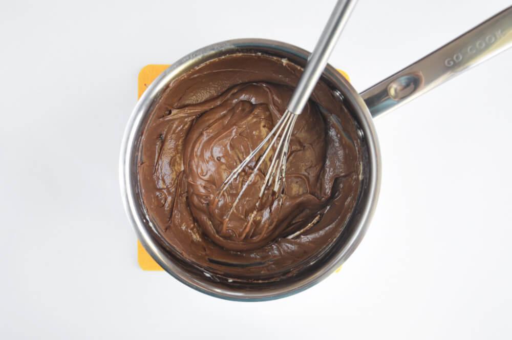 przygotowanie kremu budyniowego (creme patissiere) o smaku czekoladowo-orzechowym
