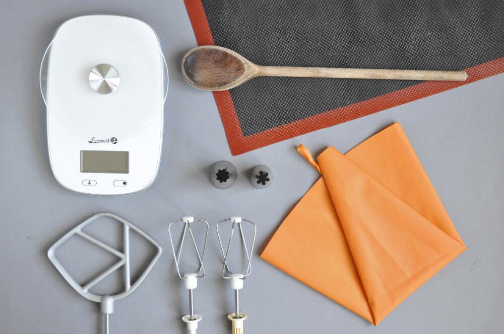 narzędzia potrzebne do przygotowania paris brest: waga kuchenna, mikser, rękaw cukierniczy, tylka z gwiazdką, silikonowa mata perforowana, drewniana łyżka