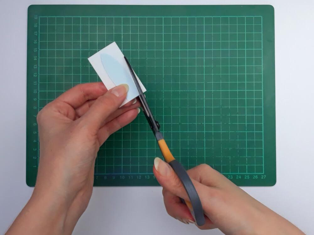 przygotowanie uszu zajączka z papieru waflowego, wycinanie kształtu nożyczkami