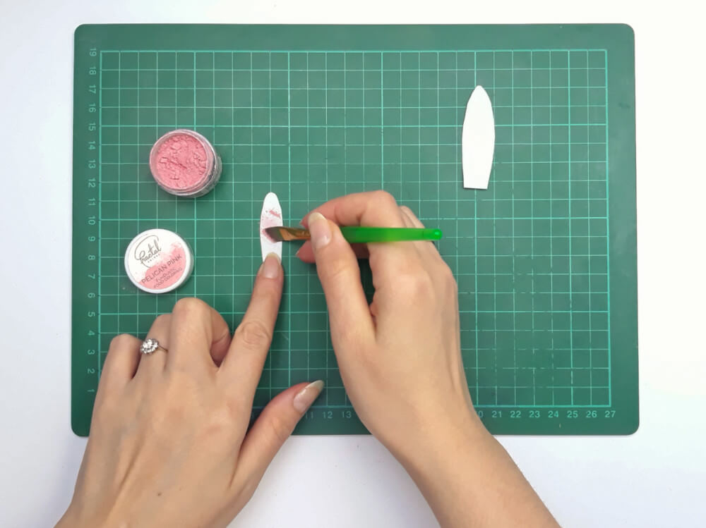 przygotowanie uszu zajączka z papieru waflowego, malowanie barwnikiem spożywczym