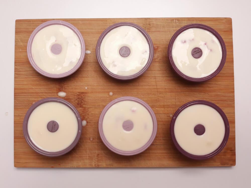 Wielkanocne zajączki czyli kokosowa panna cotta z malinami, przygotowanie deseru, wylewanie masy do silikonowych foremek w kształcie mini babek
