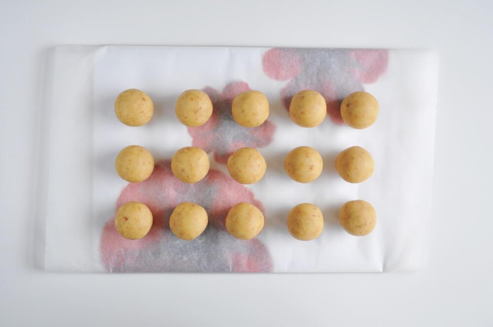 przygotowanie cytrynowcyh cake popsów, formowanie kulek