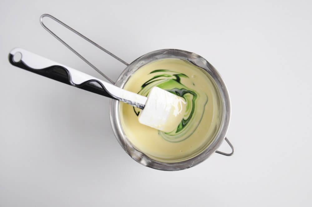 barwienie białej czkeolady zielonym barwnikiem
