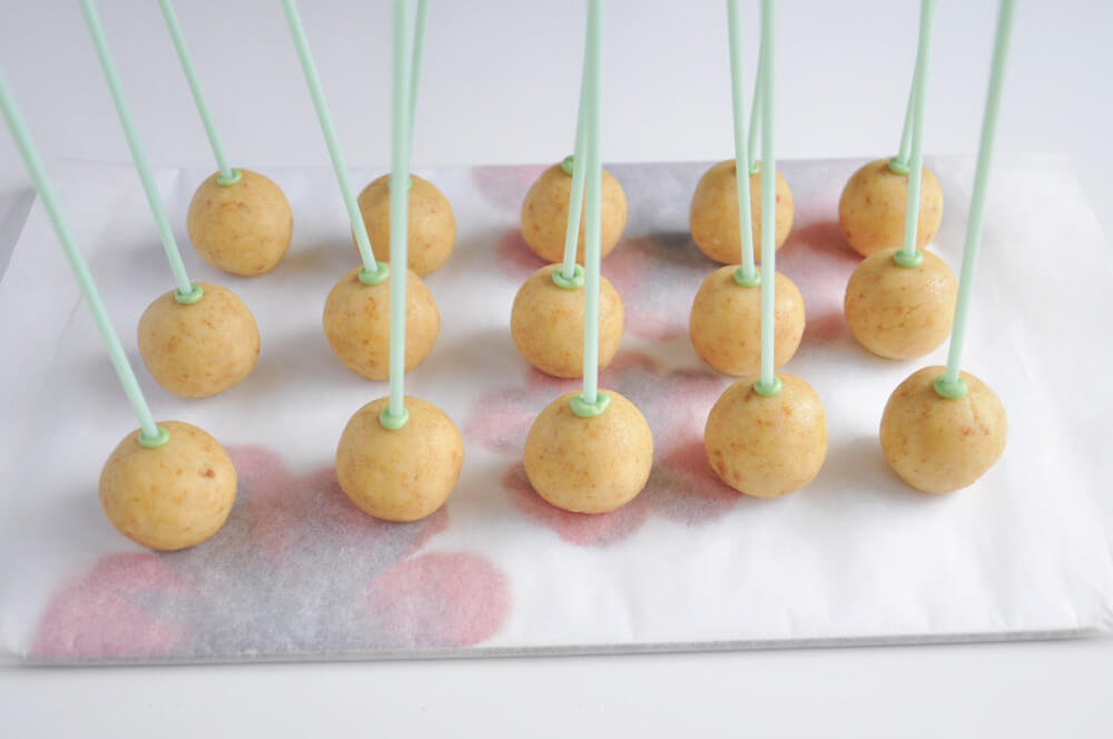 cytrynowe cake popsy - wbijanie patyczków
