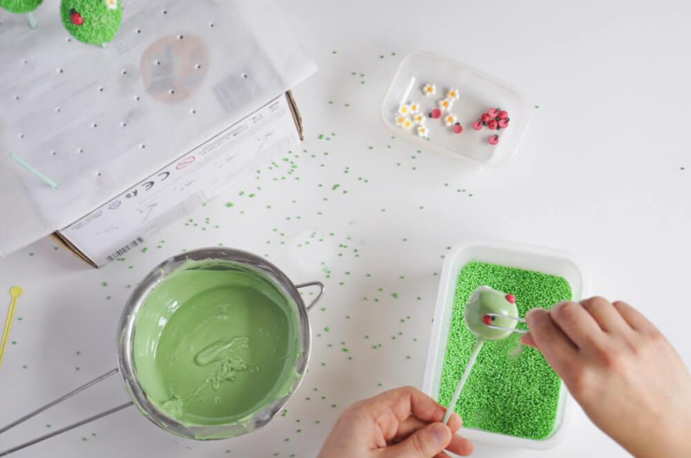 cytrynowe cake popsy - dekorowanie ozdobami z lukru