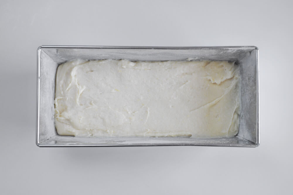 przygotowanie cytrynowego ciasta ucieranego - wykładanie ciasta do keksówki