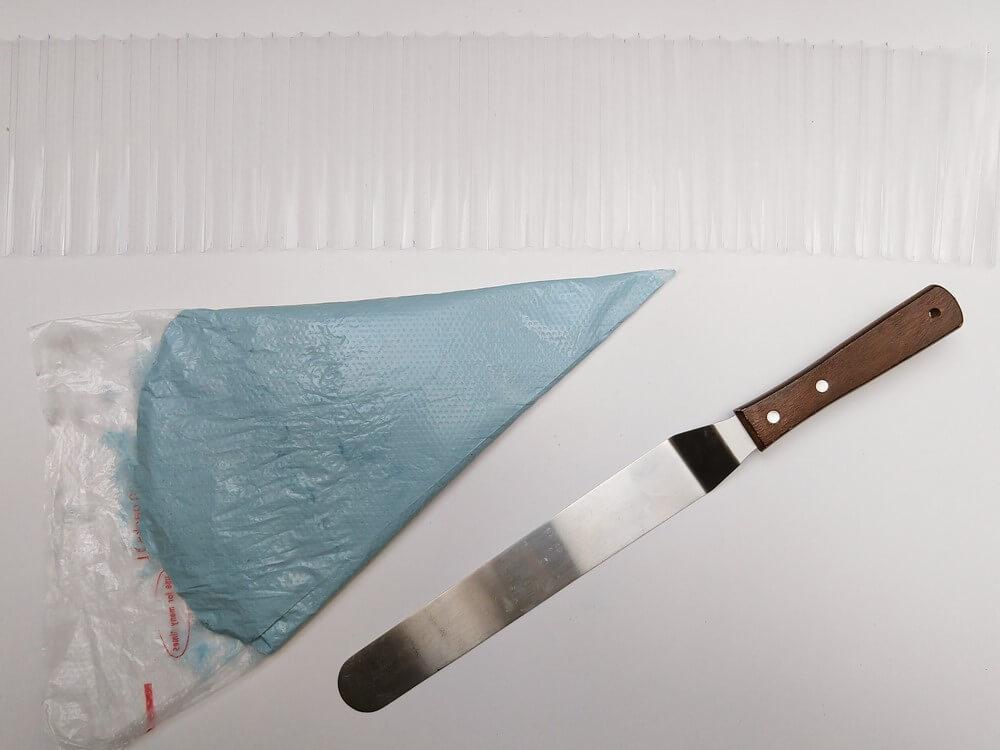 tort origami cake, przygotowanie, odpowietrzanie kremu, worek cukierniczy, szpatuła, folia rantowa