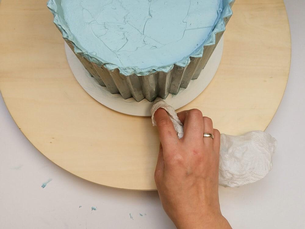 tort origami cake, przygotowanie, wycieranie kremu z podkładu