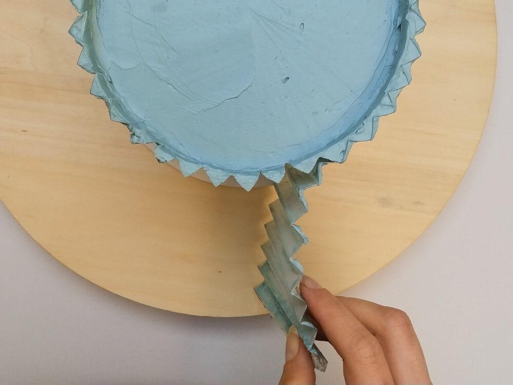 tort origami cake, przygotowanie, ściąganie folii rantowej