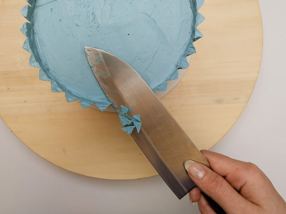 tort origami cake, przygotowanie, odcinanie niepotrzebnego kremu maślanego