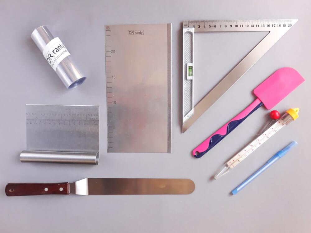 tort origami cake, potrzebne narzędzia, szpatułka, szpatuła, termometr cukierniczy, długopis, linkijka, packa, skrobka, folia rantowa