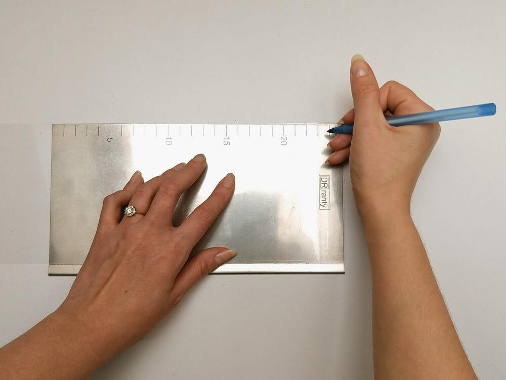tort origami cake, przygotowanie folii rantowej, zaznaczanie odległości, folia rantowa, długopis, miarka