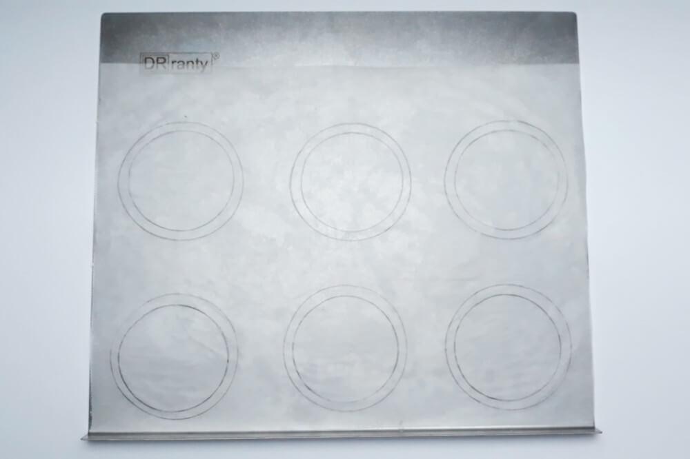 przygotowanie papieru do pieczenia biskwitów, blaszka do pieczenie, papier do pieczenia