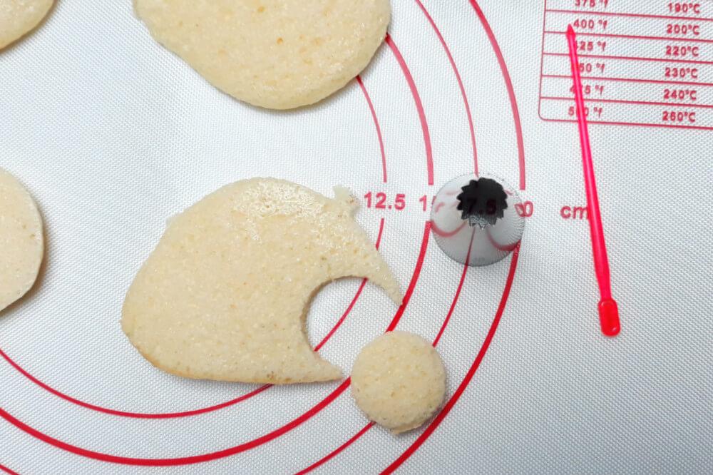 Ozdabianie uszu misia, wycinanie z ciasta, mata silikonowwa, wykałaczka, tylka cukiernicza