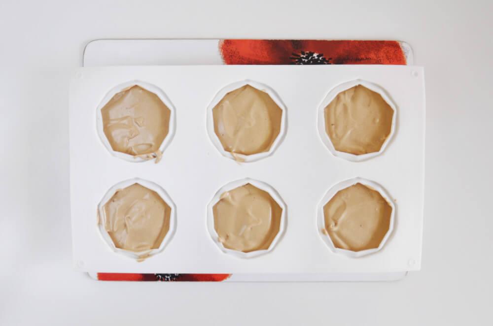 skałdanie monoporcji - mus czekoladowy w formie silikonowej