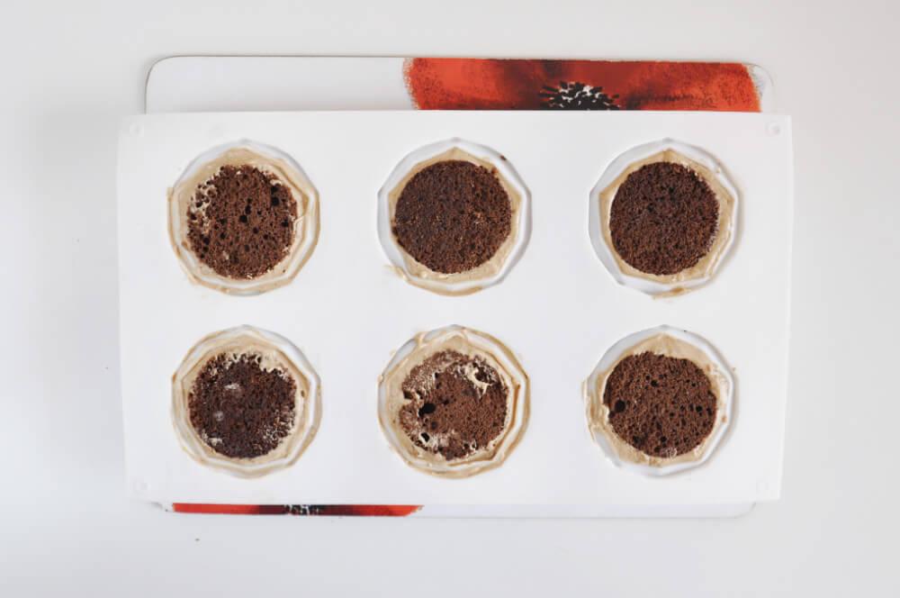 monoporcje żółwie - składanie monoporcji: mus czekoladowy w formie silikonowej
