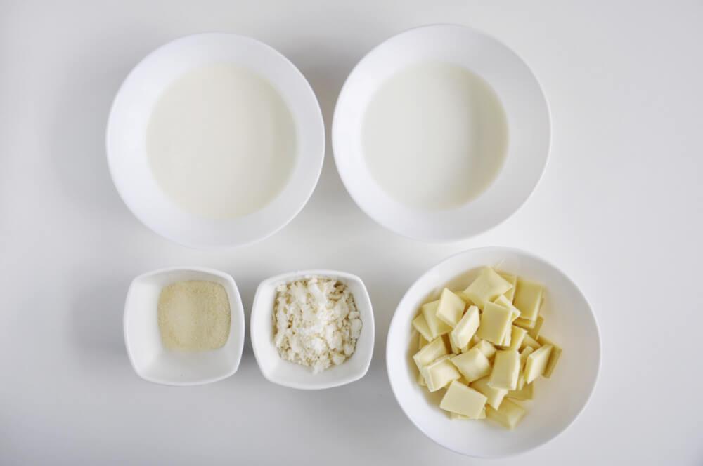 składniki na mus kokosowy - namelaka: biała czekolada, mleko, śmietana kremówka 30%, pasta kokosowa, żelatyna