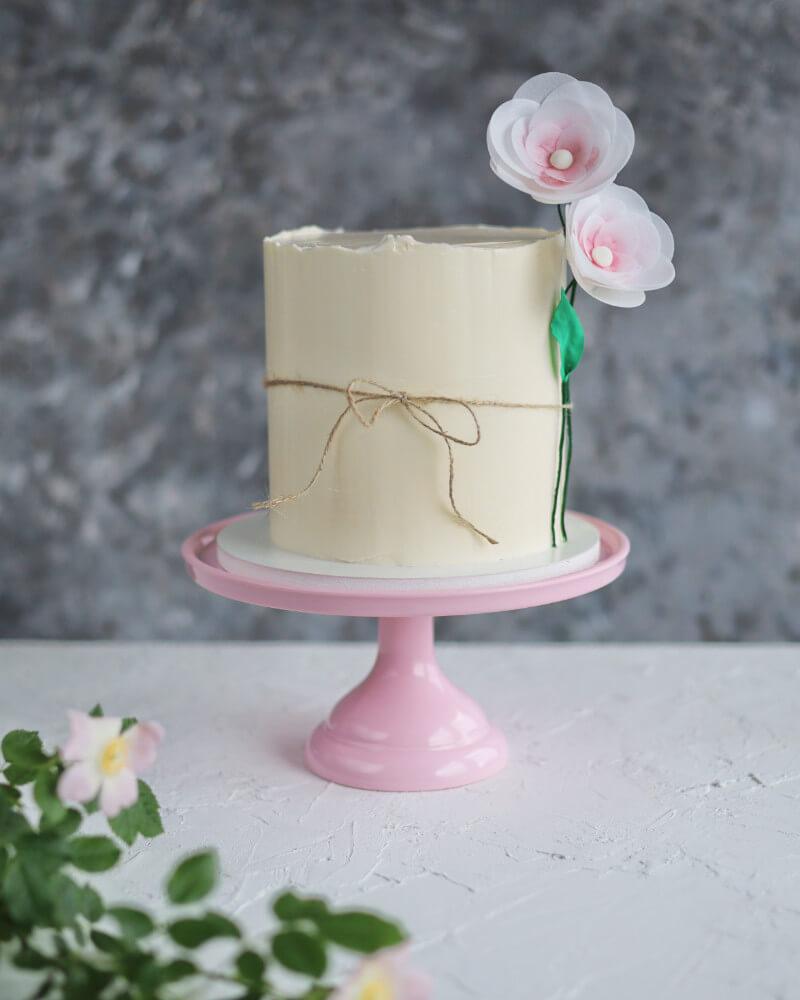 tort udekorowany prostymi kwiatami z papieru waflowego