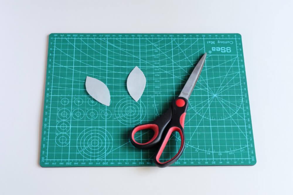 wycinanie listków z papieru waflowego