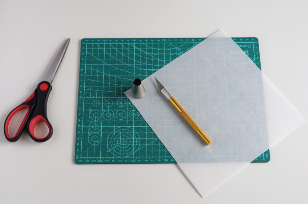 wycinanie kół z papieru waflowego za pomocą skalpela