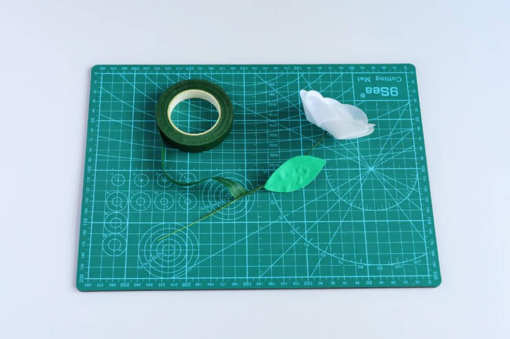 kwiat z papieru waflowego, mocowanie listka na łodydze