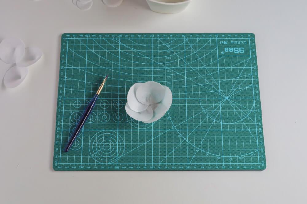 formowanie kwiatu z papieru waflowego