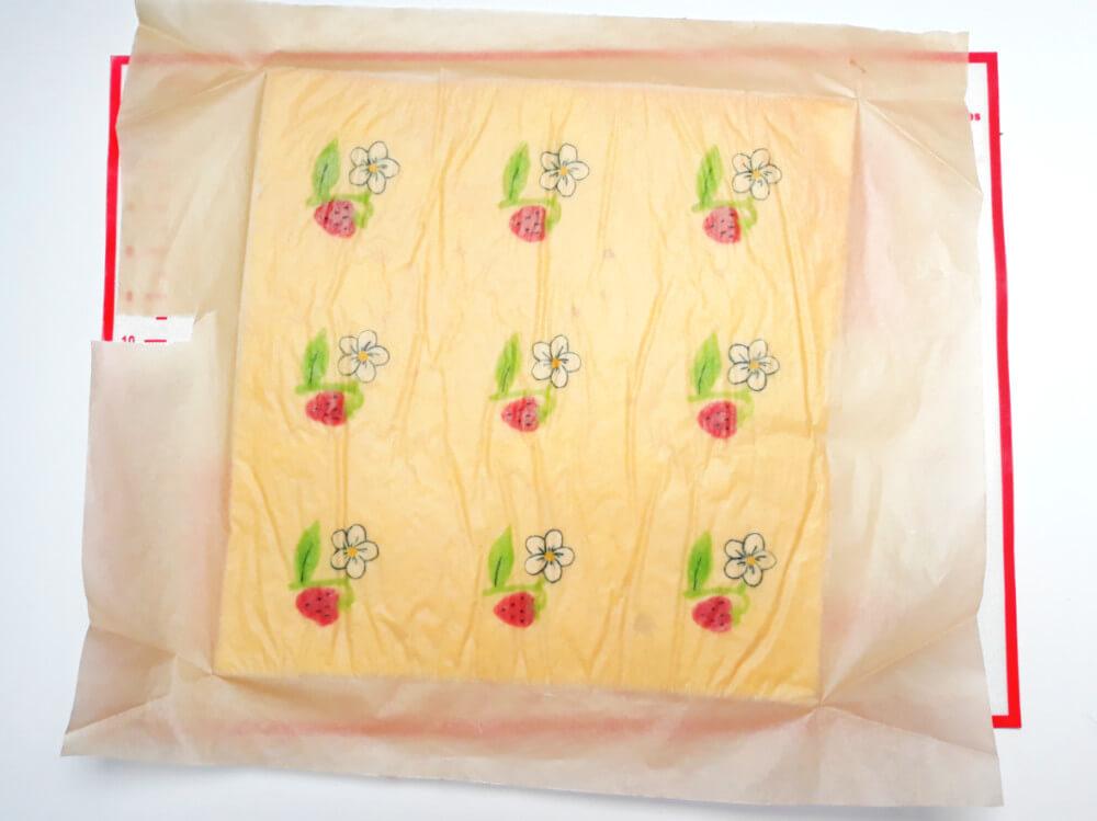 upieczone ciasto ze wzorem, papier do pieczenia, mata silikonowa